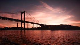Bro på natten Arkivfoto