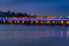 Bro på natten i abstrakt begrepp Arkivbild