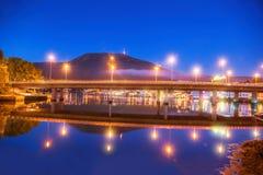 Bro på natten mot monteringen Ulriken i Bergen, Norge Royaltyfri Bild