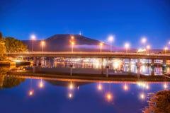 Bro på natten mot monteringen Ulriken i Bergen, Norge Royaltyfri Fotografi