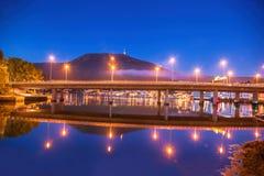Bro på natten mot monteringen Ulriken i Bergen, Norge Royaltyfria Bilder