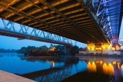 Bro på natten, under sikt Arkivbilder