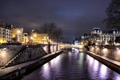 Bro på Seine River på natten Arkivfoto