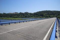 Bro på sjön och träna som är synliga i bakgrunden Royaltyfri Fotografi