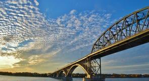 Bro på solnedgångtid, USA Royaltyfri Fotografi
