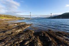 Bro på solnedgångtiden Väg och trasport Naturligt landskap i de Lofoten öarna, Norge royaltyfri foto