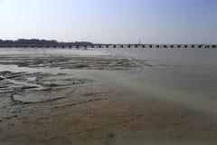 Bro på tidvattens- lägenhet Arkivfoto