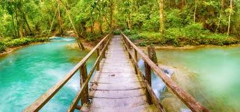 Bro på vägen till Tat Sae Waterfalls Härligt landskap La Royaltyfri Foto