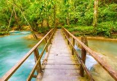Bro på vägen till Tat Sae Waterfalls Härligt landskap La Arkivbild
