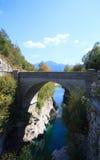 Bro på den Soca floden, Slovenien Arkivfoto