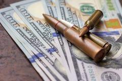 Bro? pociski na Ameryka?skim dolara tle Militarny przemysł, wojna, globalny handel bronią i przestępstwo, zdjęcia stock