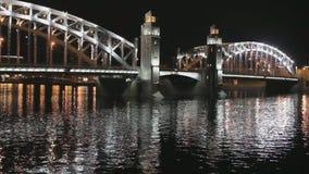 Bro som är upplyst på natten lager videofilmer
