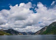 Bro som anknyter två berg Fotografering för Bildbyråer