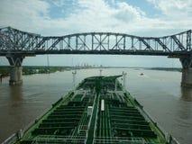 Bro som förbinder två städer arkivbilder