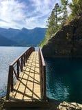 Bro som förbiser sjön för blått vatten arkivbilder