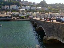 Bro som går över en flod i Cornwall, England arkivfoto