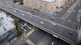 bro som kör huvudvägtrans footage Upptagen väg- och stadsbakgrund under rusningstid med detsuddiga medlet lampa lager videofilmer