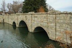 Bro som korsar över floden Arkivbild