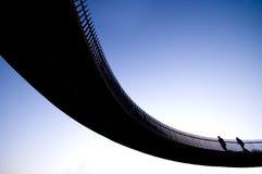 bro som korsar horisontalställesilouhettetext Royaltyfria Bilder