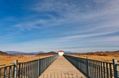 Bro som leder till huset Royaltyfri Fotografi