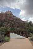 Bro som leder till kanjonen Arkivfoton