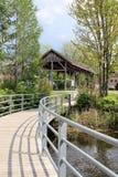 Bro som leder till skyddet i parkera Arkivfoto