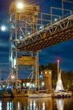 Bro som lyfter, motvikt, service, flod, gunga, yacht, stad, festival, natt arkivfoto