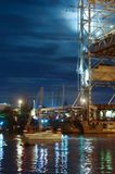 Bro som lyfter, motvikt, service, flod, gunga, yacht, stad, festival, natt fotografering för bildbyråer