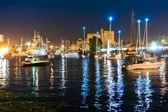 Bro som lyfter, motvikt, service, flod, gunga, yacht, stad, festival, natt arkivfoton