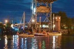 Bro som lyfter, motvikt, service, flod, gunga, yacht, stad, festival, natt arkivbild