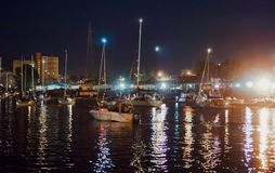 Bro som lyfter, motvikt, service, flod, gunga, yacht, stad, festival, natt royaltyfri fotografi