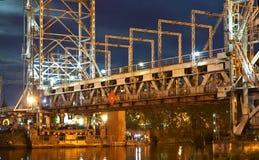 Bro som lyfter, motvikt, service, natt, flod, gunga fotografering för bildbyråer