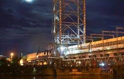 Bro som lyfter, motvikt, service, natt, flod, gunga arkivfoton