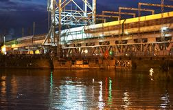 Bro som lyfter, motvikt, service, natt, flod, gunga royaltyfri foto