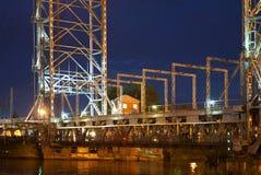 Bro som lyfter, motvikt, service, natt, flod, gunga royaltyfri fotografi