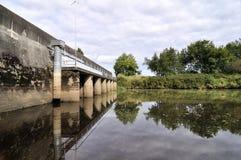 Bro som reflekterar på vattnet Arkivbilder