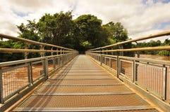 Bro som underifrån går till den Iguazu vattenfallet. Argentinsk sida Arkivfoton