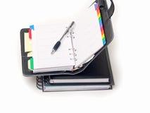 Büro stationär - Feder und Tagebuch auf Weiß Lizenzfreie Stockfotos