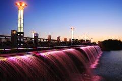 bro tänd röd vattenfall Arkivfoton