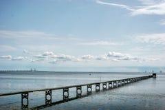 Bro till badplatsen Arkivfoton