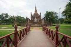 Bro till Buddhapagoden, Thailand som är utomhus- Fotografering för Bildbyråer