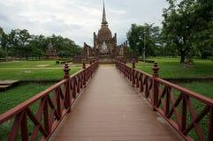 Bro till Buddhapagoden, Thailand som är utomhus- Arkivbild