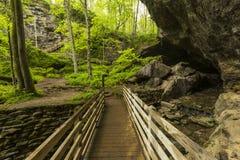 Bro till grottan Arkivbilder
