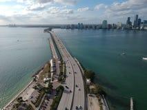 Bro till i stadens centrum Miami arkivfoton