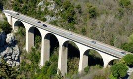 Bro till och med berget royaltyfri bild