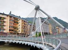 Bro till och med den Gran Valira floden i Andorra la Vella Fotografering för Bildbyråer