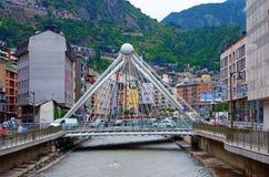 Bro till och med den Gran Valira floden i Andorra la Vella Royaltyfri Bild