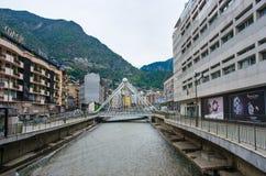Bro till och med den Gran Valira floden i Andorra la Vella Royaltyfria Bilder