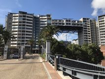Bro till staden för udde för lägenhetsjö den högvärdiga bosatta royaltyfria foton