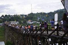 bro trämåndag Arkivfoton
